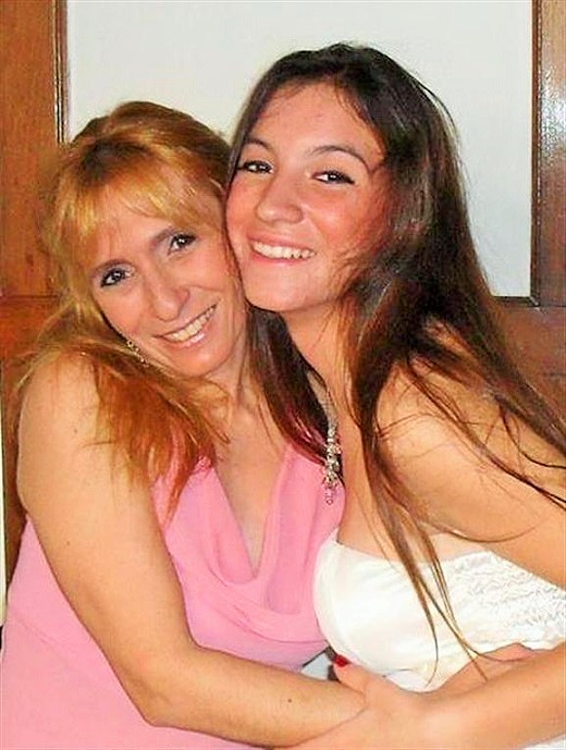 Angeles Rawson junto a su madre./Facebook