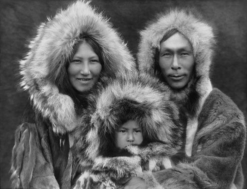 Familia esquimal./Referencial/Edward S. Curtis/Creative Commons