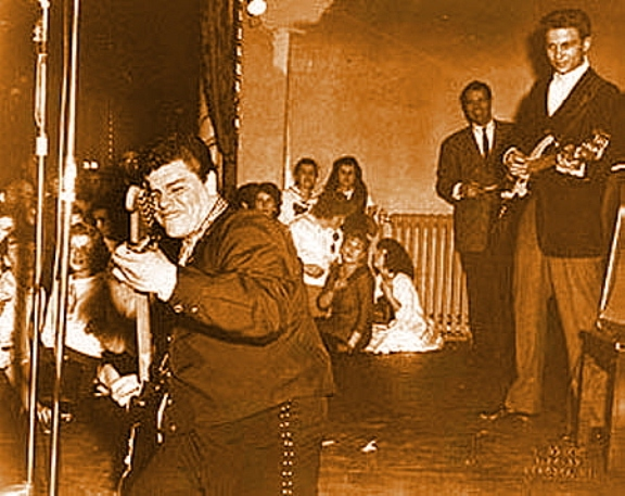 "Ritchie Valens interpretando ""La Bamba"" en el Winter Dance Party tour por los Estados Unidos./PD, Wikipedia.org"