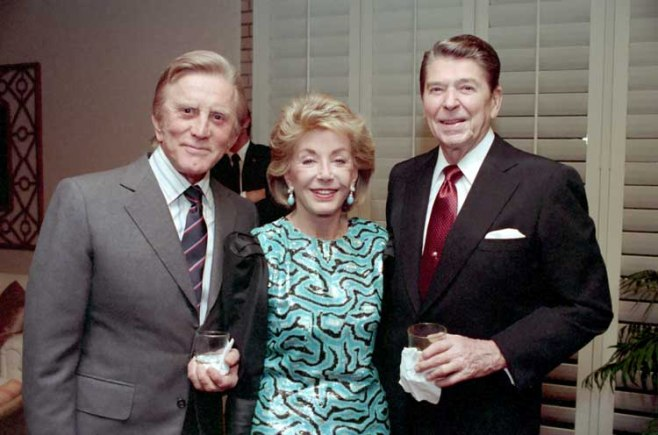 El presidente Ronald Reagan, Kirk Douglas y su esposa Anne Buydens en 1987/White House photo/Creative Commons